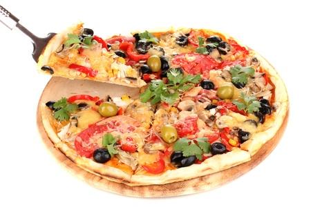 pizza: Sabrosa pizza con verduras, pollo y aceitunas aislados en blanco