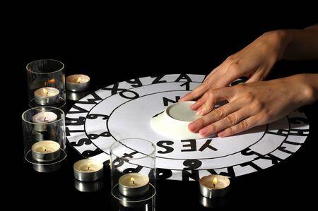 adivino: sesión de espiritismo espiritista luz de las velas close-up