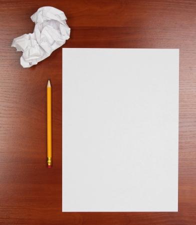 pencil paper: vac�o de papel, papel arrugado y l�piz sobre tabla de madera
