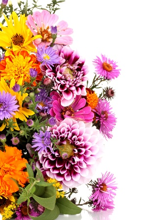 arreglo de flores: hermoso ramo de flores brillantes aislados en blanco Foto de archivo