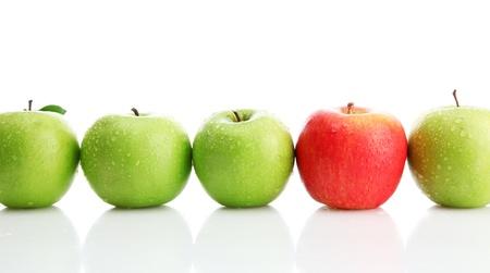 Ripe grüne Äpfel und ein roter Apfel isoliert auf weiß
