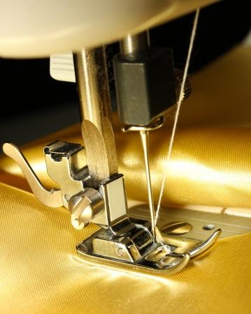 tissu or: Machine � coudre avec le plan rapproch� drap d'or