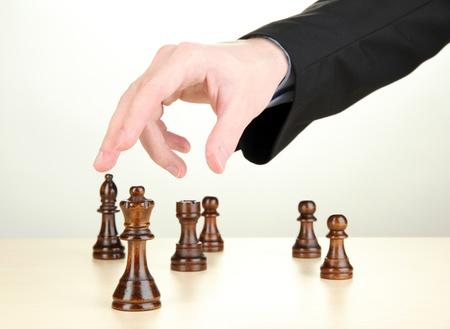 uomo d'affari giocando a scacchi isolato su bianco
