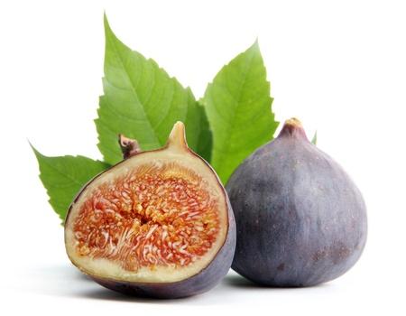 Doux figues mûres avec des feuilles isolées sur blanc