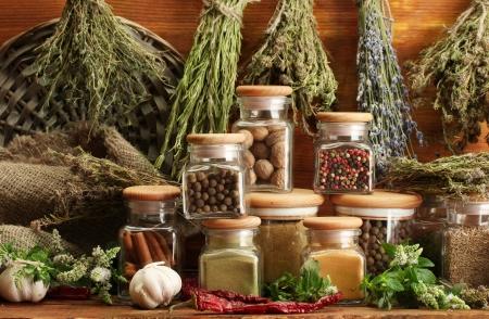 thyme: gedroogde kruiden, specerijen en en peper, op houten achtergrond Stockfoto