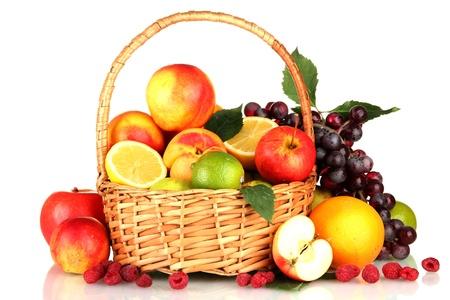 Assortiment de fruits exotiques dans le panier, isolé sur blanc