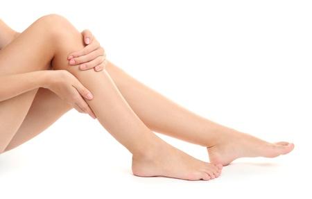 massage jambe: femme tenant la jambe endolorie, isol� sur blanc