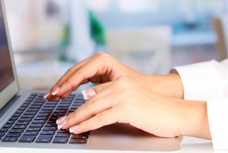 typing: Manos que pulsan en el teclado de la computadora port�til cerca