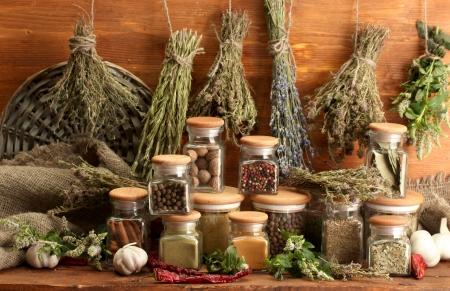 especias: hierbas secas, especias y pimienta y, en el fondo de madera