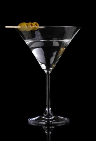 copa martini: Vidrio Martini y aceitunas aislados en negro Foto de archivo