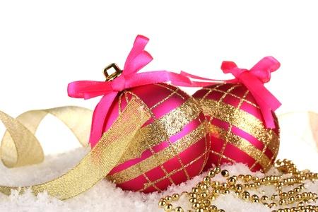 moños navideños: hermosos brillantes bolas de Navidad en la nieve, aislado en blanco