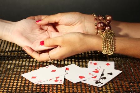 psychisch: het lezen van de regels hand in handen van een vrouw op een grijze backcground Stockfoto