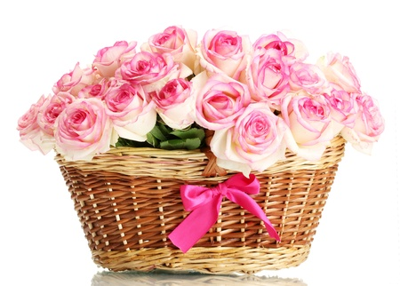 hermoso ramo de rosas de color rosa en la canasta, aislados en blanco