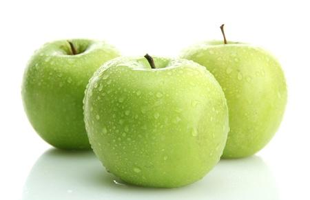 appel water: Rijpe groene appels op wit wordt ge