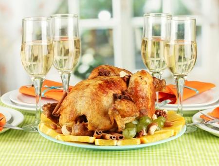 carne de pollo: mesa de banquete con el pollo asado de cerca. d�a de Acci�n de Gracias