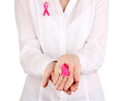 pechos: Mujer con cinta de color rosa en las manos aisladas en blanco