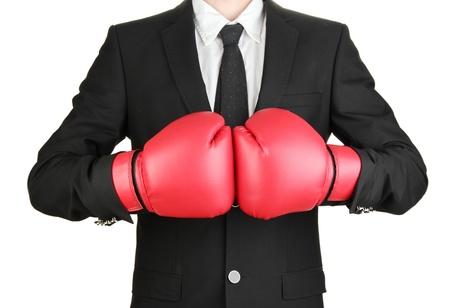 guantes de box: hombre de negocios con guantes de boxeo aislados en blanco