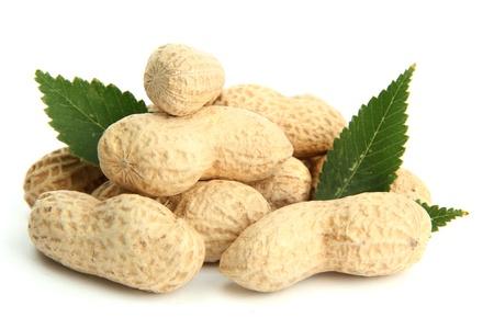 cacahuate: cacahuetes sabrosos con las hojas, aisladas en blanco Foto de archivo