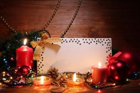 velas de navidad: bella composici�n de Navidad sobre fondo de madera