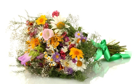 arreglo floral: hermoso ramo de flores silvestres vivos, aislado en blanco Foto de archivo