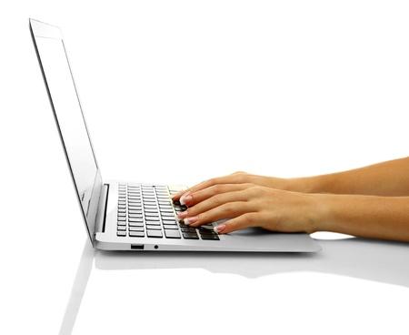 tabla de surf: manos femeninas que escriben sobre laptot, aislados en blanco