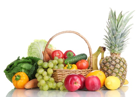 frutas secas: Composici�n con verduras y frutas en canasta de mimbre aislados en blanco Foto de archivo