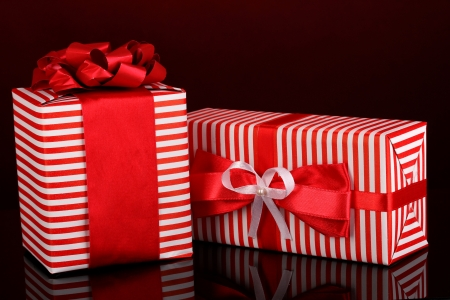 contrasty: Colorful red gifts on red background