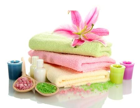 toallas: toallas con aroma de lirio, aceite, velas y sal de mar aislado en blanco Foto de archivo