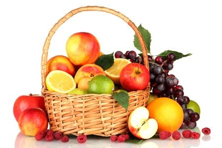 canasta de frutas: Surtido de frutas exóticas en la canasta, aislados en blanco