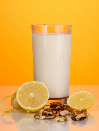 inmunidad: Ingredientes saludables para el fortalecimiento de la inmunidad sobre fondo naranja