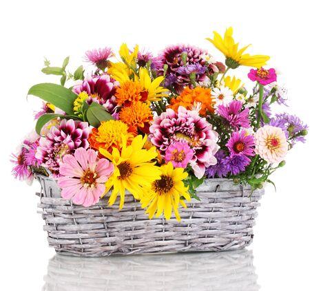 arreglo floral: hermoso ramo de flores brillantes en la cesta aislada en blanco