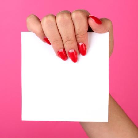 show of hands: donna mano che tiene scheda in bianco su sfondo di colore