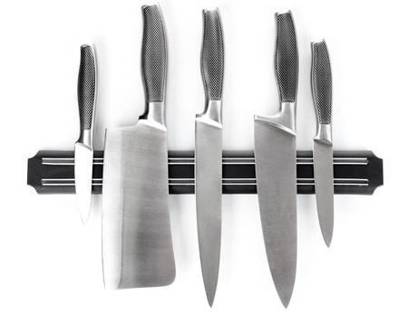 utencilios de cocina: Set de cuchillos en soporte magnético aislados en blanco
