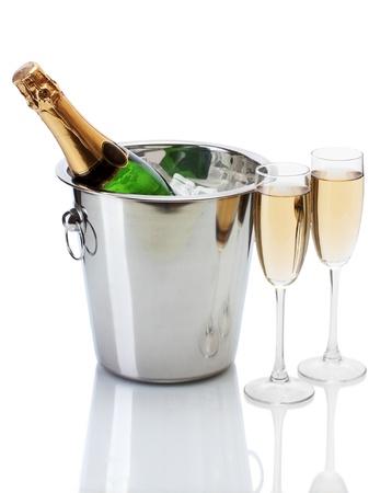 botella champagne: Botella de Champagne en un cubo de hielo y vasos de champ�n, aislado en blanco