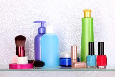 art�culos de perfumer�a: Estante con los cosm�ticos y art�culos de tocador en el ba�o