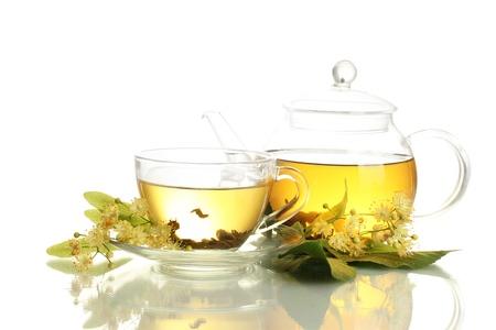 tilo: taza y la tetera de té de tilo y flores aisladas en blanco Foto de archivo