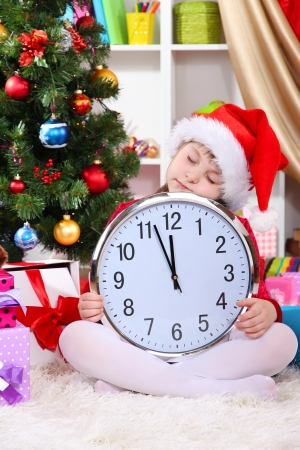 przewidywanie: PiÄ™kna dziewczyna maÅ'o snu w oczekiwaniu na Nowy Rok w Å›wiÄ…tecznie pokoju Zdjęcie Seryjne