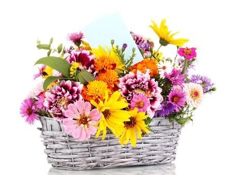 mimbre: hermoso ramo de flores brillantes en la cesta aislada en blanco