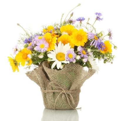 wild flowers: mooi boeket van heldere wilde bloemen in bloempot, geïsoleerd op wit