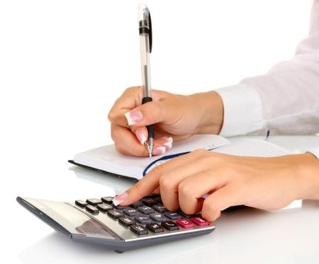 contabilidad financiera cuentas: Manos de la mujer cuenta con la calculadora, sobre fondo blanco close-up