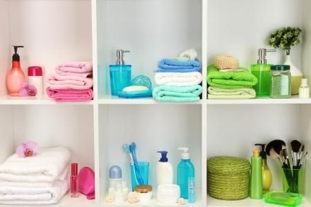 artigos de higiene pessoal: Acess�rios de banho em prateleiras na casa de banho
