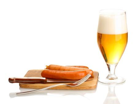 chorizos asados: Cerveza y salchichas asadas aisladas en blanco