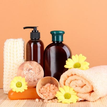 productos de belleza: Set para el cuidado de un cuerpo en el fondo del melocot�n