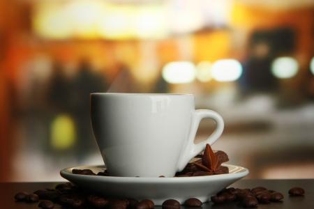 tazas de cafe: taza de café con granos de café en la mesa de Foto de archivo