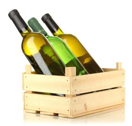 wood products: Bottiglie di vino in scatola di legno isolato su bianco