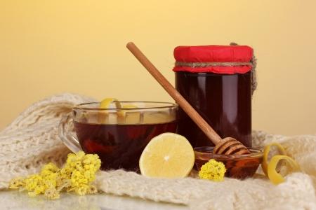 inmunidad: Ingredientes saludables para el fortalecimiento de la inmunidad en bufanda caliente sobre fondo amarillo Foto de archivo