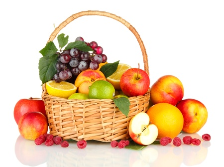 白で隔離され、バスケットでエキゾチックなフルーツの盛り合わせ