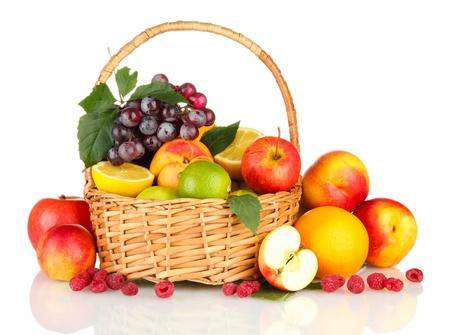 canasta de frutas: Surtido de frutas ex�ticas en la canasta, aislados en blanco