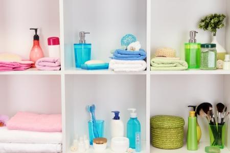 oggetti bagno accessori da bagno su shelfs in bagno archivio fotografico
