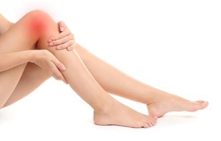 douleur main: Femme tenant la jambe endolorie, isol� sur blanc
